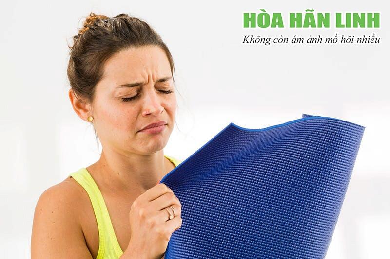 Mùi mồ hôi khó chịu như mùi nước tiểu do có chứa nhiều Amoniac
